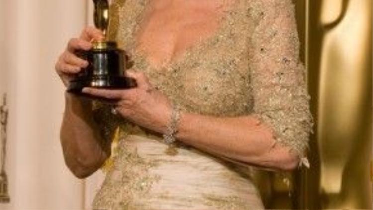 """""""Nữ hoàng"""" Helen Mirren bên cạnh """"chiếc vương miện"""" làm bằng vàng của mình."""