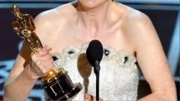 """Không để mình trở thành """"Leonardo DiCaprio phiên bản nữ"""", Julianne Moore đã thắng tượng vàng Oscar 87 một cách thuyết phục."""