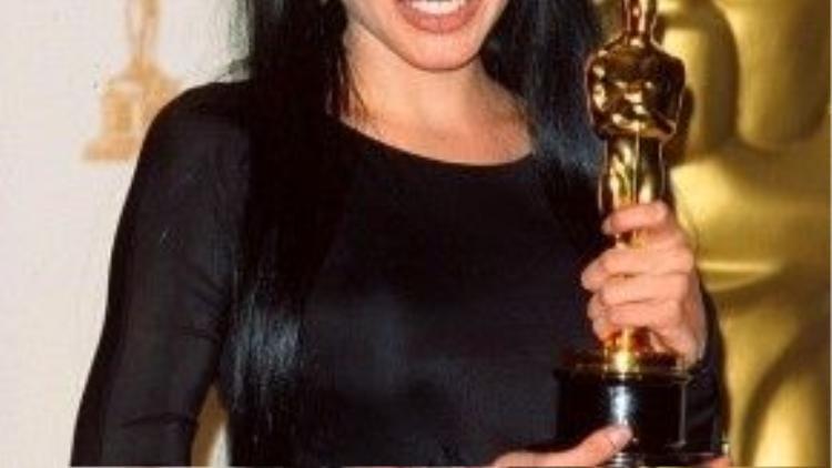 Ở lần đầu được đề cử, Angelina Jolie đã ẵm tượng Oscar danh giá.