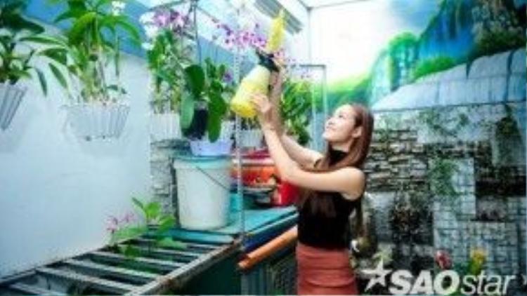Cô tranh thủ tưới vườn hoa lan mà hai mẹ con chăm chút từng ngày.