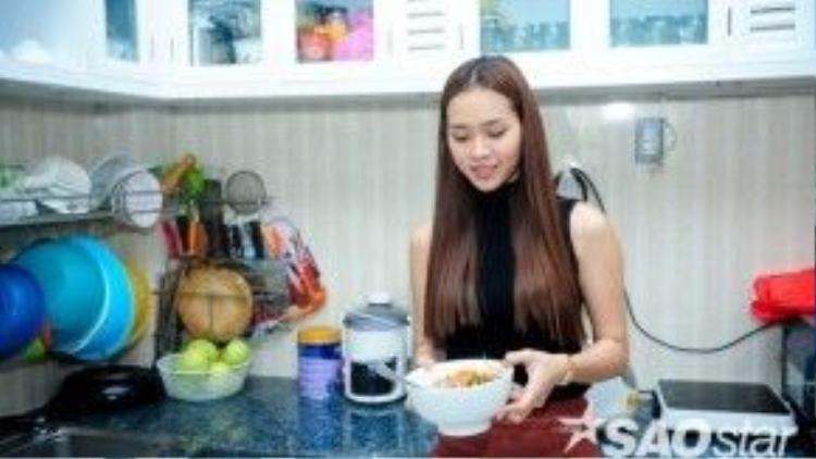 Sau khi dọn dẹp, tân trang nhà cửa, Diệp Bảo Ngọc vào bếp chuẩn bị bữa cơm chiều.
