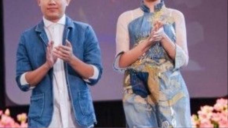 Hoa hậu Ngọc Hân trẻ trung trong tà áo dài làm từ chất liệu jean cách điệu của Quang Nhật.
