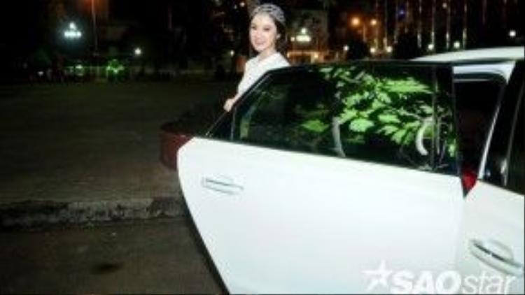 Xuất hiện tại sự kiện với trang phục trắng tinh khôi, Angela Phương Trinh thu hút mọi ánh nhìn khi vừa bước xuống từ xe sang.