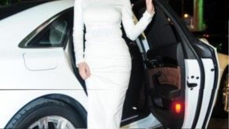Angela Phương Trinh chọn trang phục bó sát khoe đường cong của nhà thiết kế Phong Võ.