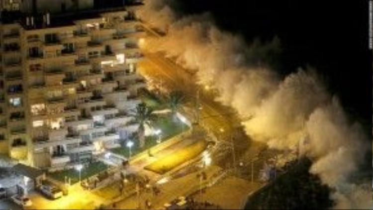 25/1: Một con sóng lớn từ Thái Bình Dương đánh vào bờ biển của Chile.