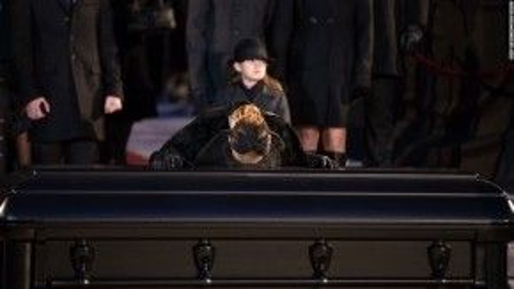 23/1: Danh ca nổi tiếng thế giới Celine Dion đang đặt một nụ hôn lên linh cữu của người chồng vừa qua đời vì căn bệnh ung thư vòm họng quái ác.