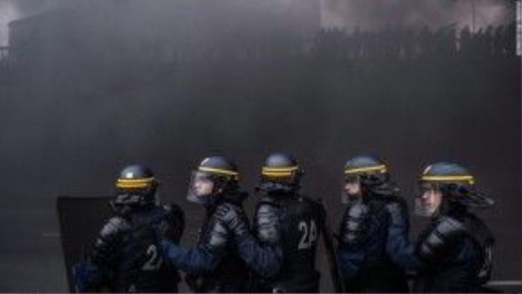 26/1: Cảnh sát Paris, Pháp đụng độ với nhóm tài xế taxi đình công, đậu xe chặn các con phố chính. Những tài xế này phản đối dịch vụ taxi Uber và yêu cầu chính phủ Pháp phải có biện pháp bảo vệ quyền lợi cho họ.
