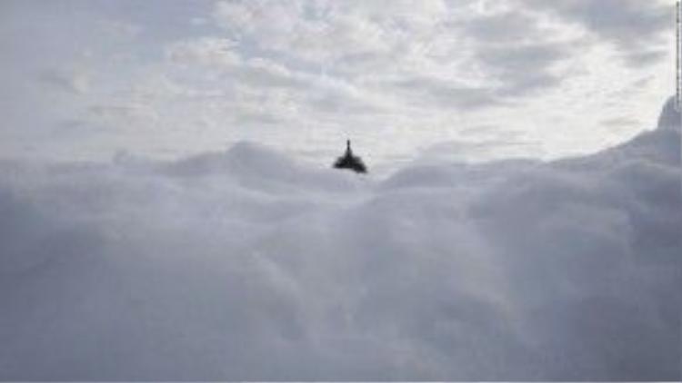 26/1: Phần mái vòm của Tòa Quốc hội Mỹ nhô lên khỏi một núi tuyết - hậu quả của cơn bão tuyết kỷ lục vừa càn quét quốc gia này. Hiện tại, nhiều bang của Mỹ vẫn đang đau đầu không biết phải xử lý những đống tuyết khổng lồ này như thế nào.