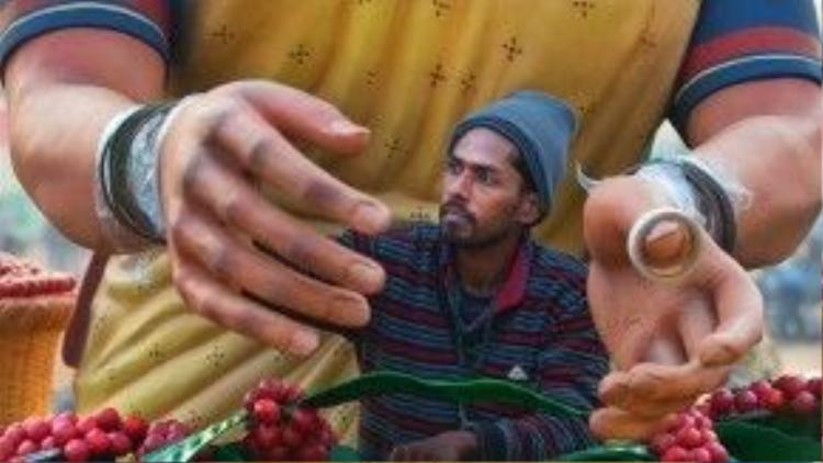Một người đàn ông đang trang trí cho bức tượng đất sét khổng lồ. Bức tượng này dùng để trang trí cho buổi diễu hành Ngày Cộng Hòa của đất nước Ấn Độ.