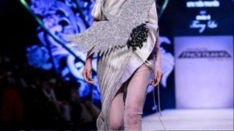NTk biết vận dụng những chất liệu lạ mắt như metalic, lông vũđể nhấn nhá cho trang phục của mình.