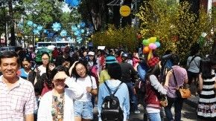 Là một trong những phố ông đồ lớn nhất tại Sài Gòn, nhà văn hóa thanh niên trên đoạn Phạm Ngọc Thạch - Nguyễn Thị Minh Khai nhộn nhịp khách tham quan từ những ngày giữa tuần.