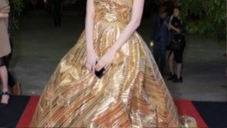 Tối 31/1, góp mặt trên thảm đỏ chung kết Project Runway, nữ diễn viên - người đẹp Cao Thái Hà tạo ấn tượng đặc biệt khi diện trang phục ánh kim được thiết kế bắt mắt.