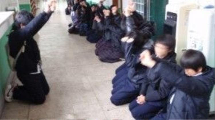 Học sinh Nhật bị phạt vì đi học muộn.