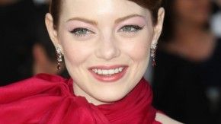 Emma Stone nổi tiếng với những vai diễn trong các phim Zombieland, Easy A, The Help, The Amazing Spider-Man, và Crazy, Stupid, Love… Nữ diễn viên chọn tóc búi cho lần xuất hiện của mình.