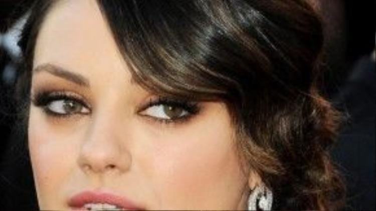 Mila Kunis tạo vẻ đẹp bí ẩn khi kết hợp kiểu tóc búi tự nhiên cùng màu son nude hồng.