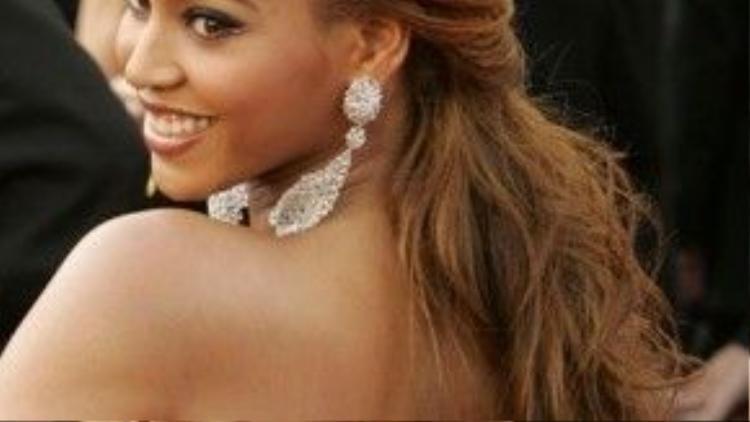 """Beyonce cũng theo """"trào lưu"""" tóc búi nửa đầu và đánh rối phía sau."""