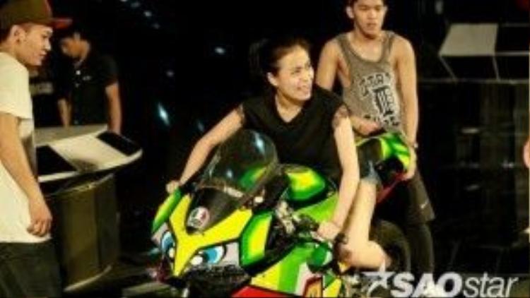Cô nàng chịu chơi khi mang cả motor khủng lên sân khấu.