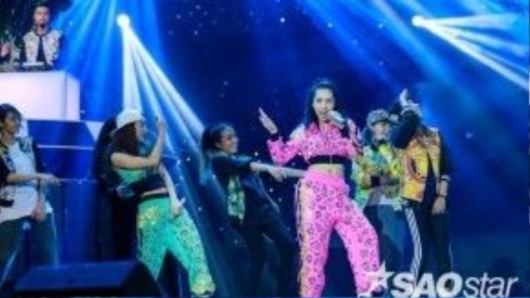 Cặp đôi Emily - Hạnh Sino sẽ mang hit mới toanh của hai cô nàng lên sân khấu tuần này.