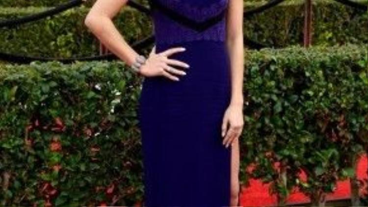 Sarah Hyland đơn giản với váy cup ngực xanh coban tông đậm, nhưng cô sexy hơn với đường xẻ tà cao ngút bên hông khoe chân thon dài.