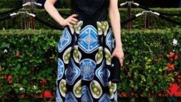 Ellie Kemper ấn tượng với váy cup ngực có họa tiết độc đáo khoe khéobờ vaitrắng ngần của mình.
