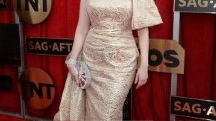 Christina Hendricks chọn chiếc váy có màu sắc nhã nhặn và không quá phô diễn vòng một như những trang phục cup ngực thường thấy, điểm nhấn của thiết kế này chính là phần nơ trên cầu vai trái.