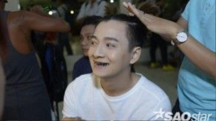 Ngô Kiến Huy tốn khá nhiều thời gian cho việc nhuộm đen răng.
