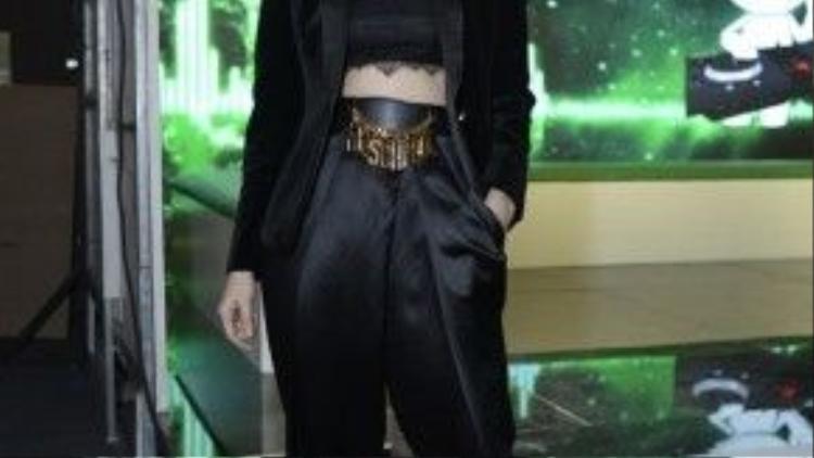 Ngoài sân khấu Hồ Ngọc Hà tiếp tục thu hút phóng viên khi xuất hiện với vai trò giám khảo khách mời.