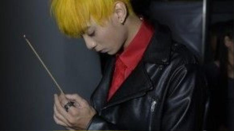Soobin Hoàng Sơn thắp nhang cầu nguyện bàn thờ tổ.