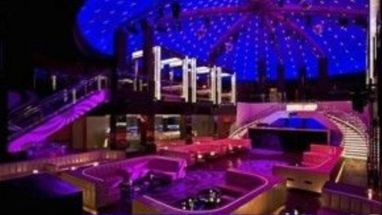 LIV Club, Florida, Mỹ. Tọa lạc ngay cạnh bãi biển Miami, câu lạc bộ có diện tích lên đến 10.000 m2. Điểm đặc biệt của hộp đêm là nếu muốn thoát ra khỏi tiếng nhạc ồn ào, bạn có thể ra ngoài dạo chơi cùng sóng biển. LIV Club thu hút rất nhiều nhân vật nổi tiếng cùng nhữngthương gia giàu có đến từ khắp nơi trên thế giới, những người sẵn sàng bỏ ra 100.000 USD cho một chai sâm panh. Ảnh: Modelinia.