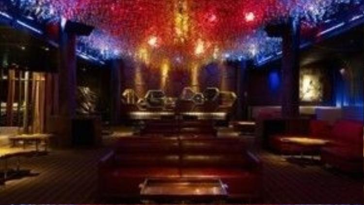 Pangea Club, Singapore. Nằm trong khu nghỉ dưỡng casino Marina Bay Sands - sòng bạc nổi tiếng nhất cả nước, bạn sẽ phải trả 20.000 USD cho vé vào cửa (nhưng không phải lúc nào cũng có chỗ) và sau đó là số tiền tương đương cho một ly đồ uống. Kể từ khi thành lập vào năm 2011, Pangea nhanh chóng trở thành điểm đến nổi tiếng và sang trọng bậc nhất của Singapore. Ảnh: Asia-bars