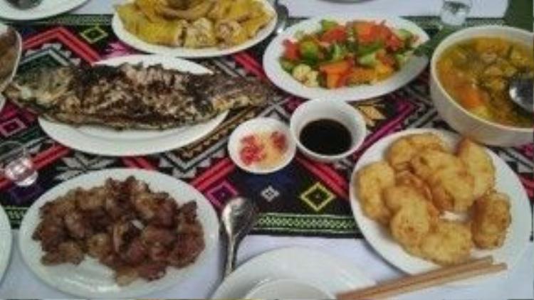 Một bữa cơm gồm nhiều món đặc sản của Hòa Bình.