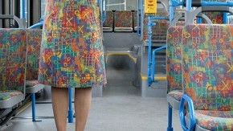 Lúc tôi mua tấm vải để may chiếc váy này, người bán hàng không cho tôi biết nó còn được dùng để may… vỏ ghế xe bus!