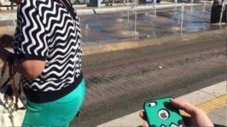 Thật thú vị khi gặp một người ăn mặc giống như cái vỏ bao điện thoại của mình!