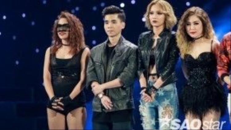Hình ảnh Hương Tràm cùng đồng đội trên sân khấu The Remix liveshow 5.