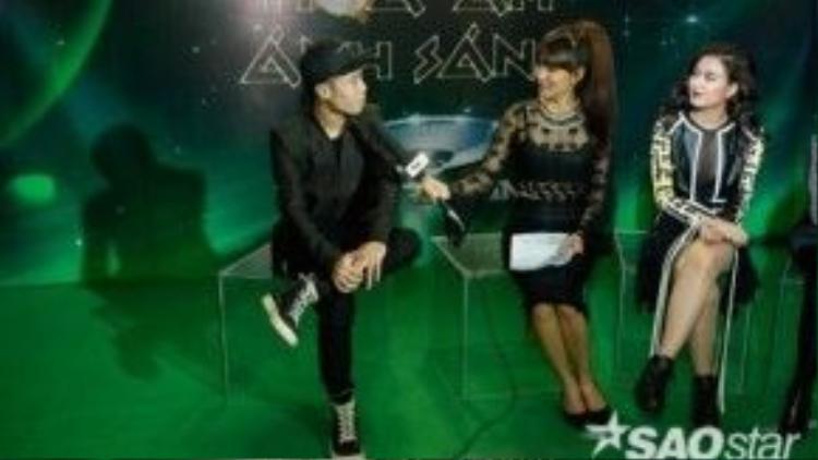 Hình ảnh team Hoàng Thuỳ Linh giao lưu cùng MC Livestream trong hậu trường The Remix.