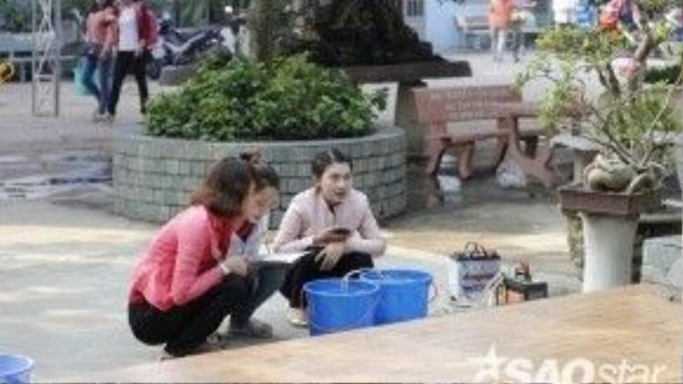 Nhiều bạn trẻ cũng nhiệt tình hưởng ứng nét đẹp văn hóatruyền thống dân gian này. Trong ảnh, các cô gáiđang đọc chú cho cá trước khi mang đi phóng sinh.