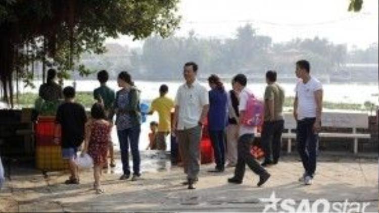 Đến khoảng9 giờ trở đi, không khí tại khu vực bến sông trong khuôn viên chùa thực sự nhộn nhịp lênhẳn. Người đến đây thả cá ngày một đông hơn.