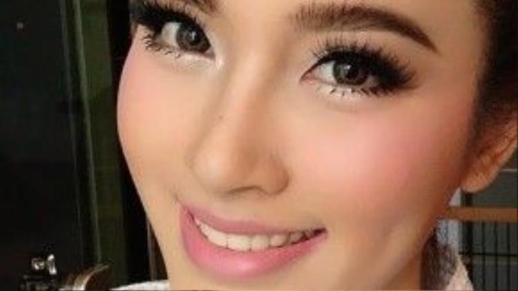 """Đường nét của các cô gái Thái trưởng thành đã khá sắc sảo, nhưng họ vẫn thích trang điểm đậm để """"khoe trọn"""" vẻ đẹp của mình."""
