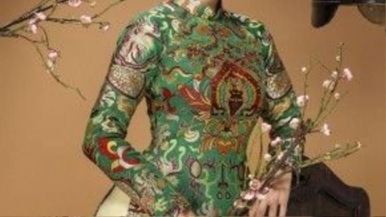 Không xuất hiện với áo dài truyền thống, Tết Bính Thân 2016 này Dương Cẩm Lynh chọn áo dài cách tân tông xanh nền nã chất liệu gấm, thổ cẩm với những hoạt tiết thêu tay trên cổ áo, khăn vấn vô cùng ấn tượng.
