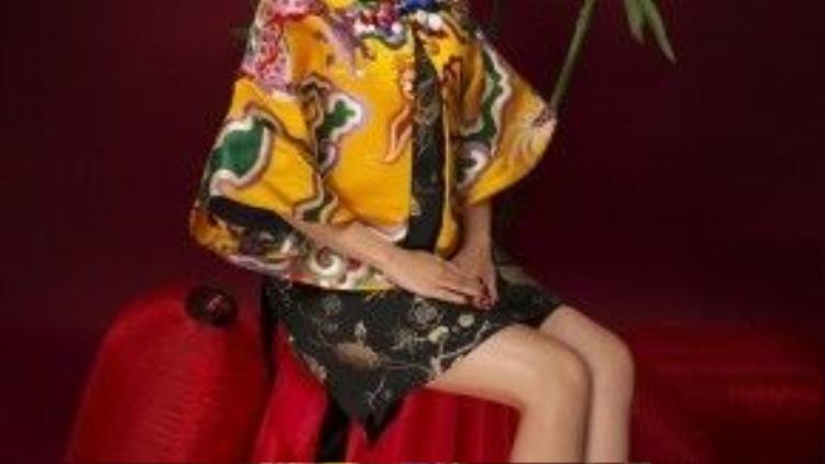 Dù kín đáo với trang phục gấm nhưng cô nàng vẫn gợi cảm, cuốn hút khi để lộ đôi chân thon dài của mình.