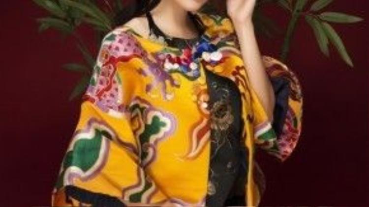 """Chủ động chọn trang phục với những màu sắc nền nã, hoàng gia, mang hơi hướm phong thái cổ điển qua những shoot hình đón năm mới, đây dường như là một """"thông điệp ngầm"""" của Dương Cẩm Lynh về những vai diễn của cô trong năm 2016."""