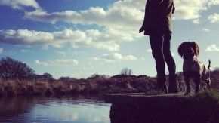 """Trên Instagram, Becks chia sẻ khoảnh khắc đứng bên bờ sông tư lự cạnh cún cưng Olive. """"Chúng ta có nên nhảy xuống tắm không Olive"""", cựu tiền vệ MU viết."""