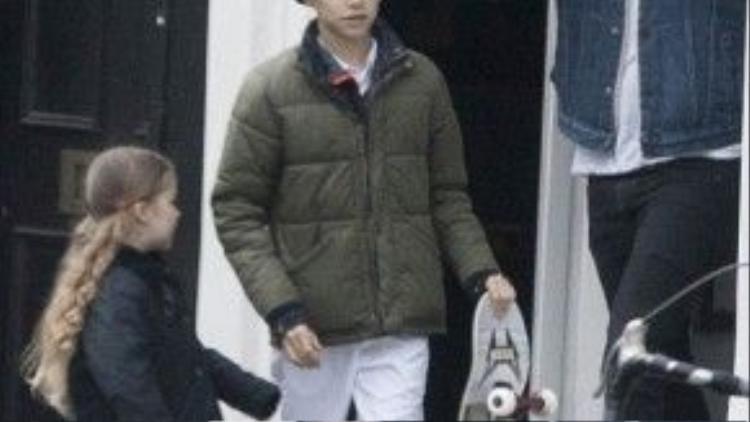Romeo đã chọn cho mình một tấm ván trượt ưng ý, vui vẻ rời cửa hàng cùng bố và em gái.