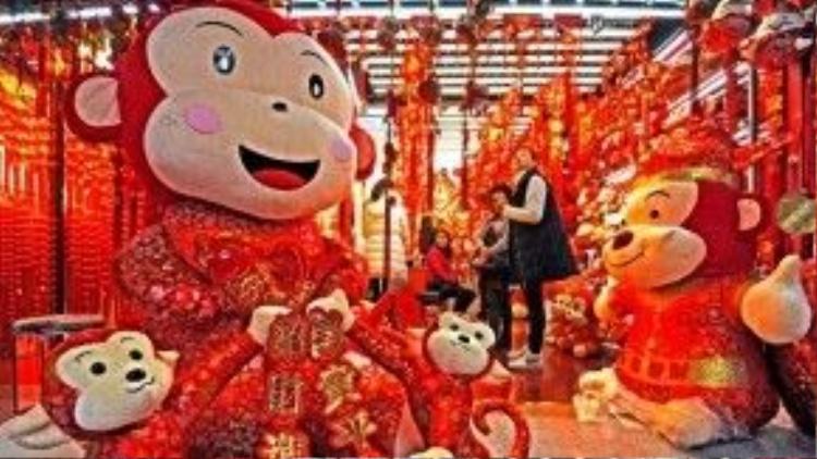 Cửa hàng khỉ nhồi bông bắt đầu đón nhiều khách tới mua.