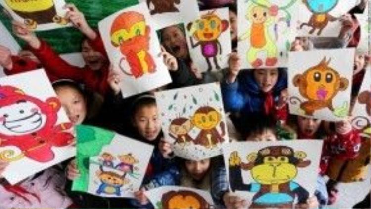 Các em học sinh Trung Quốc khoe tranh vẽ những chú khỉ đón xuân.