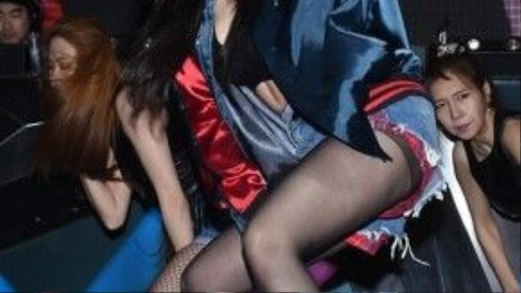 Diện mạo của thành viên nổi bật nhất nhóm Hyuna gây chú ý hơn cả. Nữ ca sĩ xuất hiện với phong cách gợi cảm thường thấy nhưng với gương mặt mũm mĩm cùng làn da kém mịn màng.