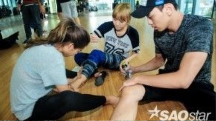 """Sau đó, cả Thuận Nguyễn cũng tham gia vào hội """"chăm sóc vết thương"""" trên sàn tập."""