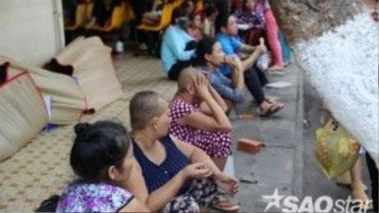 Mỗi năm, Việt Nam có thêm khoảng 200.000 bệnh nhân ung thư. Bệnh viện Ung bướu Sài Gòn cũng phải gồng mình để cứu giúp người bệnh. Trong ảnh, nhiều bệnh nhân phải ra ngoài hít thở không khí vì phòng bệnh chật chội. Gia đình người bệnh phải trải chiếu ngoài hành lang để nghỉ ngơi.