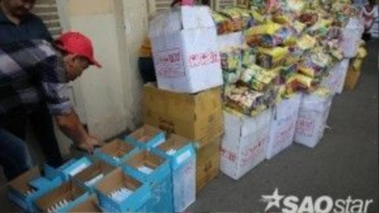 Các bác sĩ và mọi người cũng nở nụ cười khi đi qua đống quà chất đầy bên ngoài phòng Hành chính của bệnh viện.