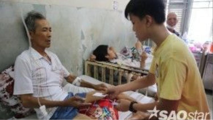 Bé An cùng gia đình tới từng phòng phát phiếu nhận quà cho các bệnh nhân.